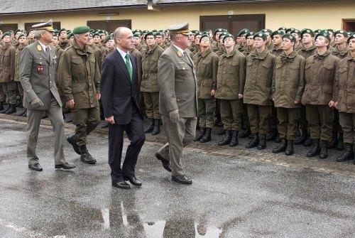 Obwohl Neo-Verteidigungsminister Gerald Klug bisher kaum etwas mit dem Bundesheer am Hut hatte, inspiziert er mit Generalstabschef Edmund Entacher die Truppe in Graz (Foto: Bundesheer)