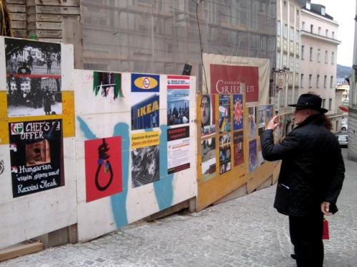 Ritsch, ratsch: Die Polizei reißt 31 Plakate runter. Es war Kunst, nicht Verhetzung (Foto: marikaschmiedt.wordpress.com)