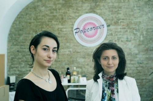 Zwei erfolgreiche Unternehmensgründerinnen: Sanela (l.) und Emina Mandzuka gründeten eine Popcornfirma samt Shop im ersten Bezirk (Foto: Heribert Corn)