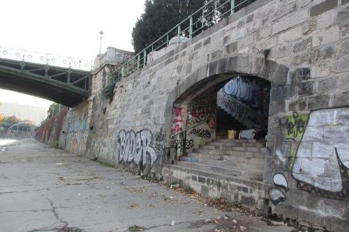 Geschützt vor Wind und Regen: Hier auf diesen Stiegen zum Wienfluss im Stadtpark starb vergangenen Donnerstag Früh der obdachlose Slowake Ali, 36 Jahre. Seine zwei Begleiter, die noch immer hier sind, riefen die Polizei (Foto: Joseph Gepp)
