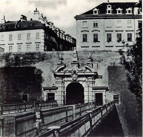 Reisende passierten das Kärntner Tor, abgerissen Ende der 1850er (Wikipedia)