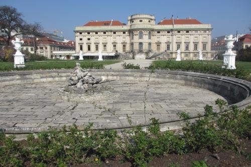 Steht leer, seit ein Hotelprojekt hier scheiterte: das Hotel Schwarzenberg vom Park aus gesehen (Foto: Corn)