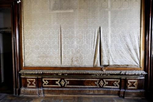 Tapeten hängen in Fetzen von der Wand (Foto: Corn)