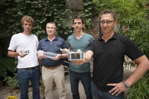Martin Wesian (r.) und seine drei Mitstreiter von der Firma Helioz präsentieren ihre Erfindung (Foto: Hochstöger)