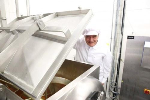 Blick in den Marillenkessel: Die Zukunft von Hans Stauds Marmeladenfabrik in Ott akring ist derzeit offen, es geht auch um 40 Arbeitsplätze. Staud überlegt die Abwanderung nach Niederösterreich FOTO: JULIA FUCHS