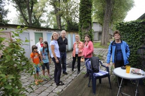 Das bislang privat genutzte Arbeiterstrandbad soll laut Gemeinde zur öffentlichen Liegewiese werden, die alten Kabanen müssen dafür weichen. Kabanenmieter wie Renate Steinmann (4. v. l.) wollen das nicht hinnehmen FOTO: H. CORN