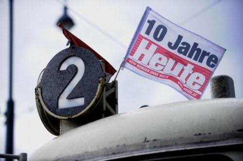 Den zehnten Geburtstag der Gratiszeitung Heute feiern auch die Wiener Linien auf ihren Straßenbahnen. Die Werbeaktion wurde angemessen abgegolten, sagt Pressesprecher Answer Lang FOTO: HERIBERT CORN