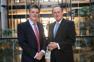 """Hills Nominierung habe """"uns hier sehr überrascht"""", sagt EU-Parlamentarier Othmar Karas (ÖVP). Der designierte Kommissar sondiert das Feld und trifft auch Karas in Brüssel (Foto: EVP)"""