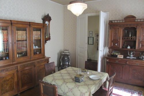 Dieses Wohnzimmer einer Familie des gehobeneren Bürgertums um 1900 hat man im Wirtschafts- und Gesellschaftsmuseum rekonstruiert (Gepp)