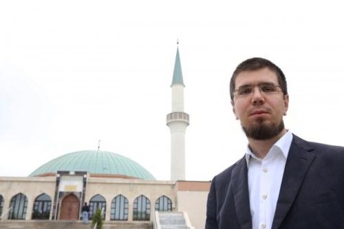 Salim Mujkanovic ist Pressesprecher und Imam in Wiens größter Moschee, dem Islamischen Zentrum in Floridsdorf. Ein Text mit antisemitischen Aussagen sei aus Versehen auf der Website des Zentrums gelandet, sagt er (Foto: Julia Fuchs)