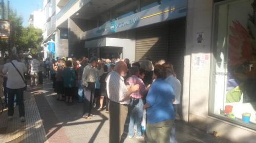 Schlange wartender Pensionisten vor einer Bank: Jetzt bekommen viele Angst, dass die geschlossenen Banken nur der Anfang sind (Foto: Gepp)